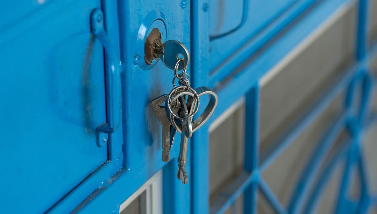 Keys dangling from door lock. - poor security